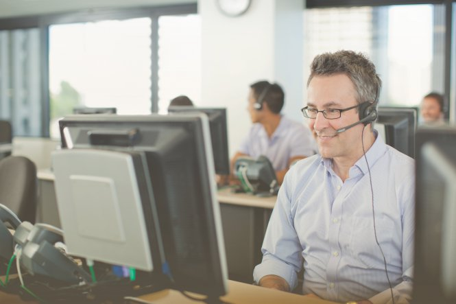 A call center employee using Zoho CRM integration to provide a superior customer experience.