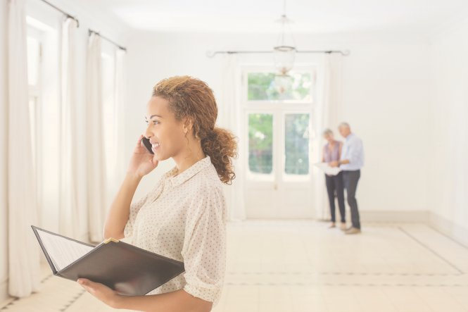 A real estate agent provides an excellent real customer experience for her clients.